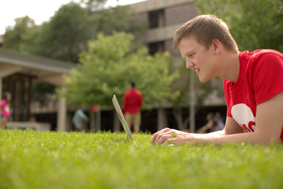 Image of student with laptop on UIC Campus